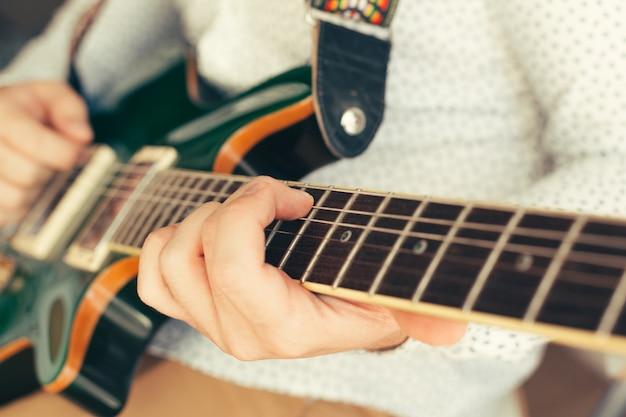 Homem, tocando, violão elétrico