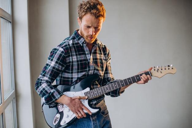 Homem tocando violão solo