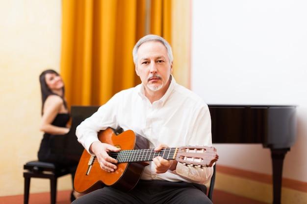 Homem, tocando violão