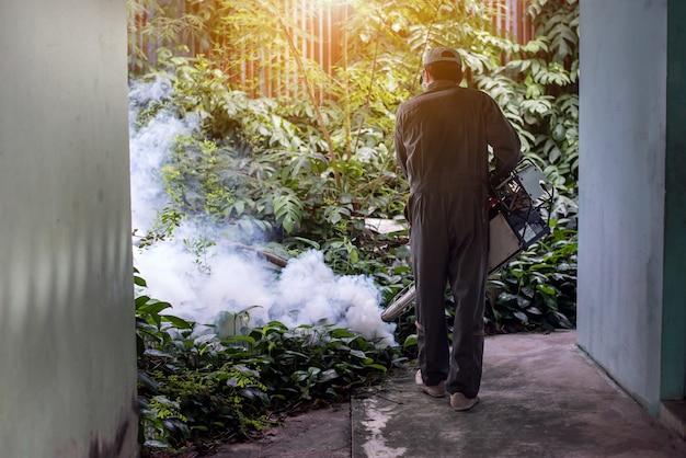 Homem trabalha nebulizando para eliminar mosquitos e prevenir a propagação da dengue e do zika vírus