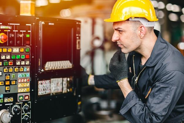 Homem trabalhador de fábrica operar a máquina, indústria de trabalho de alta habilidade com roupas de segurança.
