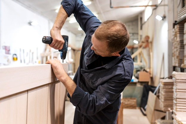 Homem trabalhador fazendo seu trabalho em uma marcenaria