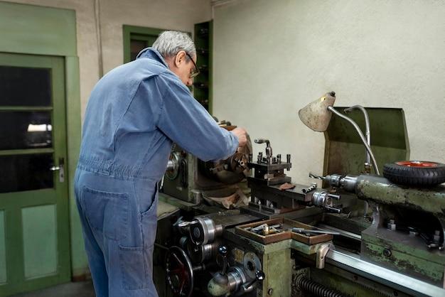 Homem trabalhador fazendo seu trabalho em uma oficina industrial