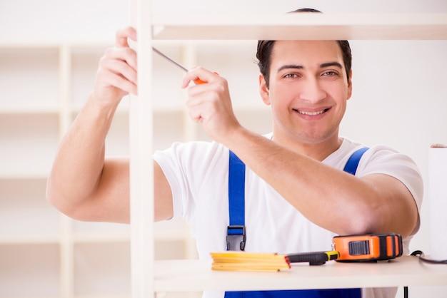 Homem trabalhador reparando montagem estante