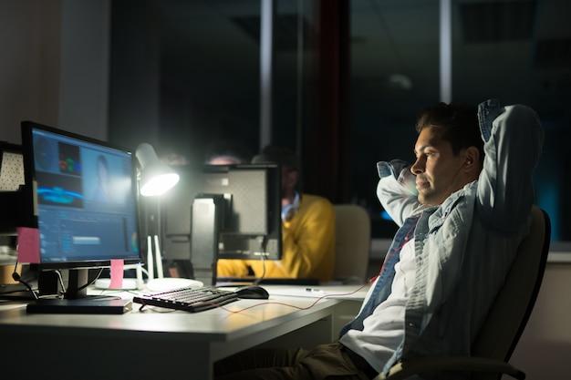 Homem trabalhando à noite