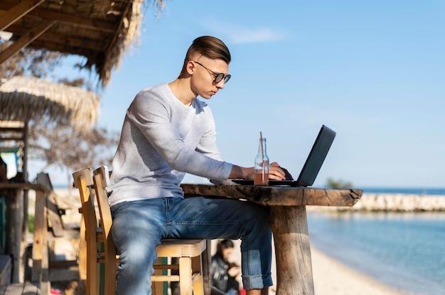 Homem trabalhando ao ar livre plano médio