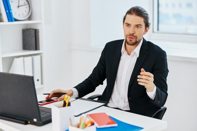 Homem trabalhando as emoções diante do estilo de vida do laptop