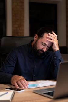 Homem trabalhando até tarde para um projeto urgente