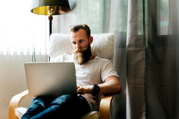 Homem, trabalhando casa