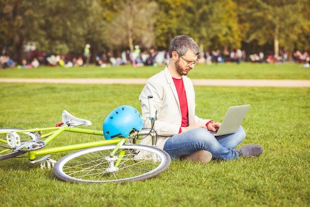 Homem, trabalhando, com, computador laptop, em, parque, em, londres