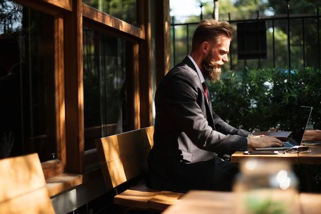 Homem, trabalhando, com, laptop, em, loja café