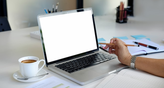 Homem, trabalhando, com, laptop, maquete, em branco, tela, em, tabela, em, escritório