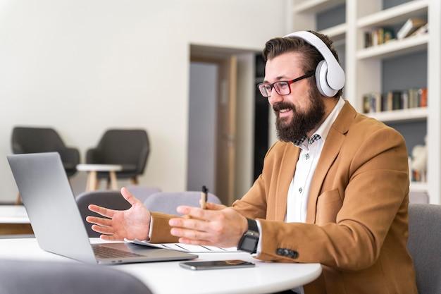 Homem trabalhando com laptop tiro médio