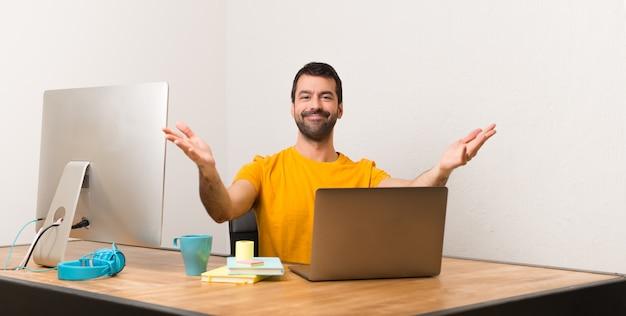 Homem, trabalhando, com, laptot, em, um, escritório, apresentando, e, convidando, para, venha, com, mão
