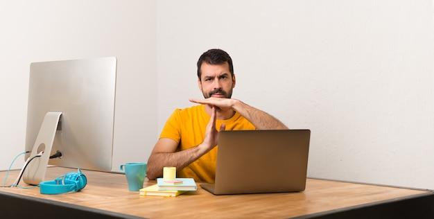 Homem, trabalhando, com, laptot, em, um, escritório, fazer, parada, gesto, com, dela, mão, para, parada, um, ato