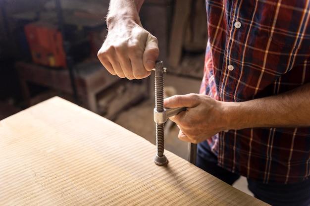 Homem trabalhando com madeira