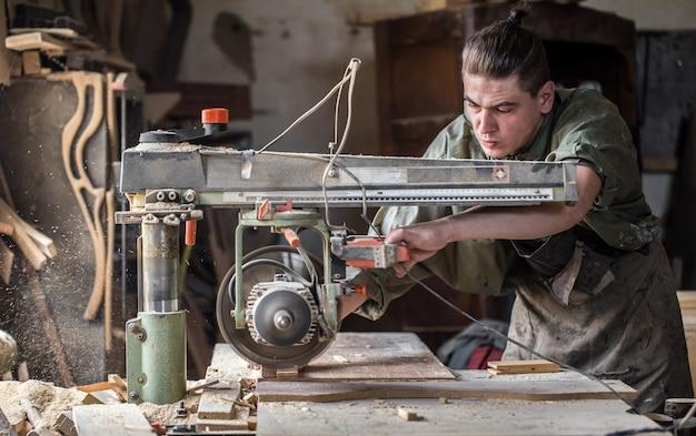 Homem trabalhando com produto de madeira na máquina