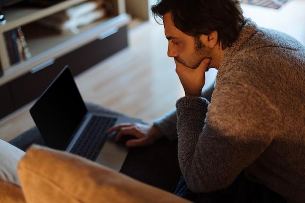 Homem, trabalhando, com, seu, laptop