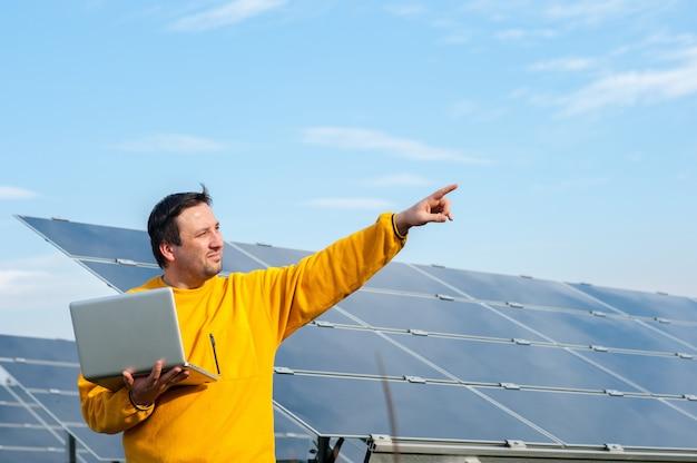 Homem, trabalhando, com, solar, painéis