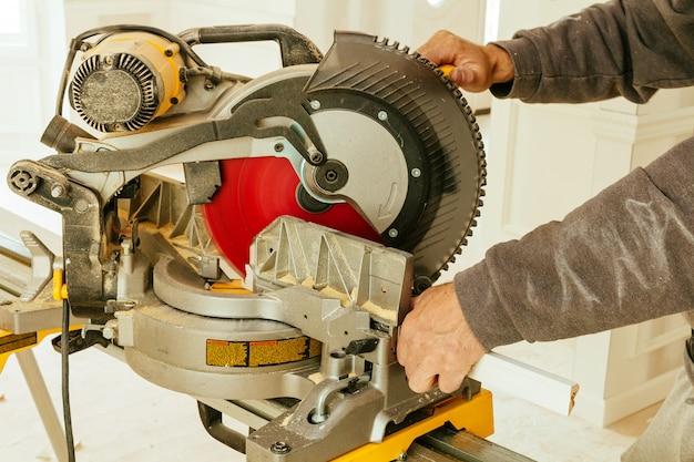 Homem, trabalhando, com, um, circular, serra, corte, tábua madeira