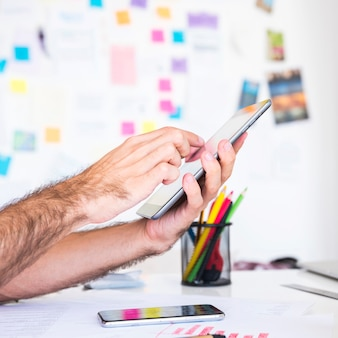 Homem, trabalhando, com, um, tabuleta, em, um, escritório