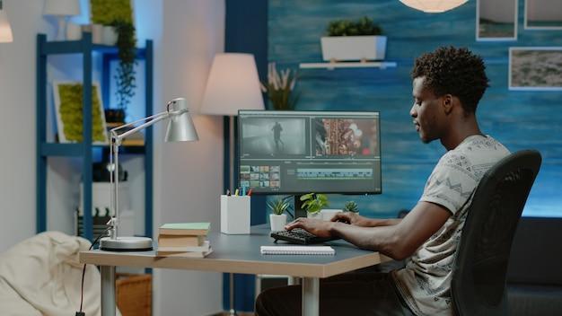 Homem trabalhando como cinegrafista editando vídeo com filmagens musicais