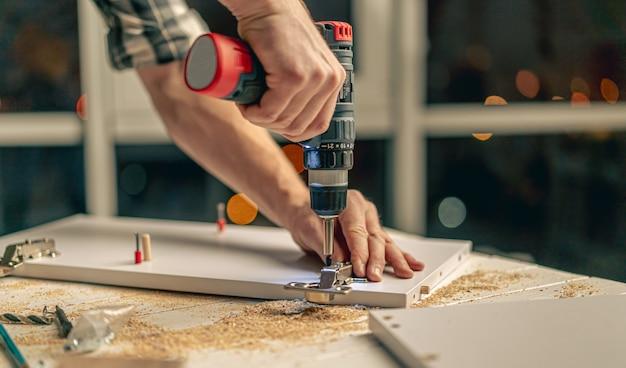 Homem trabalhando durante o processo de fabricação de móveis