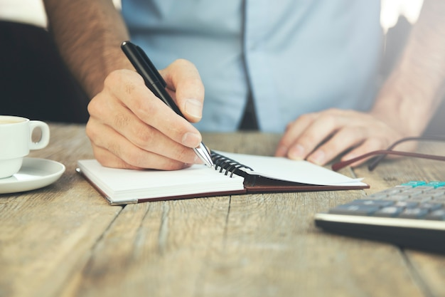Homem trabalhando e escrevendo