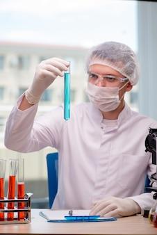 Homem, trabalhando, em, a, químico, laboratório, ligado, ciência, projeto