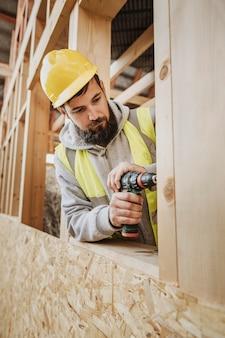 Homem trabalhando em carpintaria