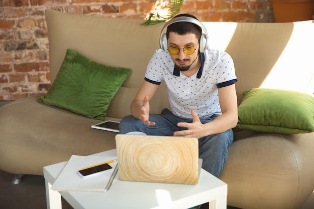 Homem trabalhando em casa durante o coronavírus ou quarentena covid-19, conceito de escritório remoto