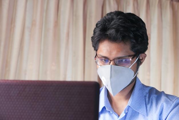 Homem trabalhando em casa. usando laptop