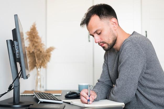 Homem trabalhando em casa