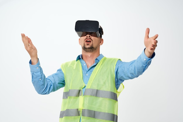 Homem trabalhando em engenharia de óculos de realidade virtual de construção uniforme