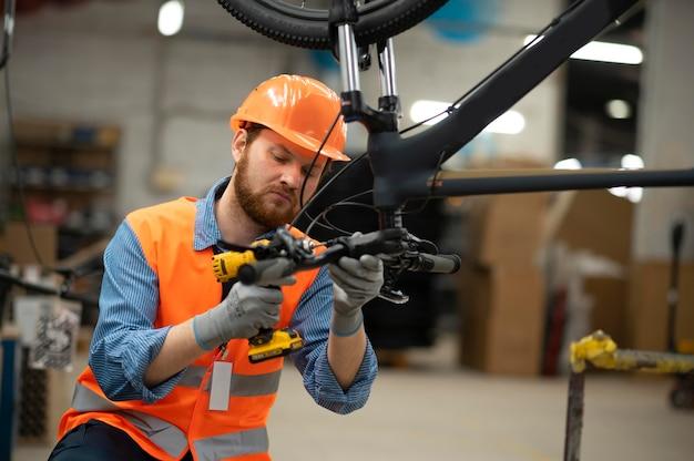 Homem trabalhando em equipamentos de segurança