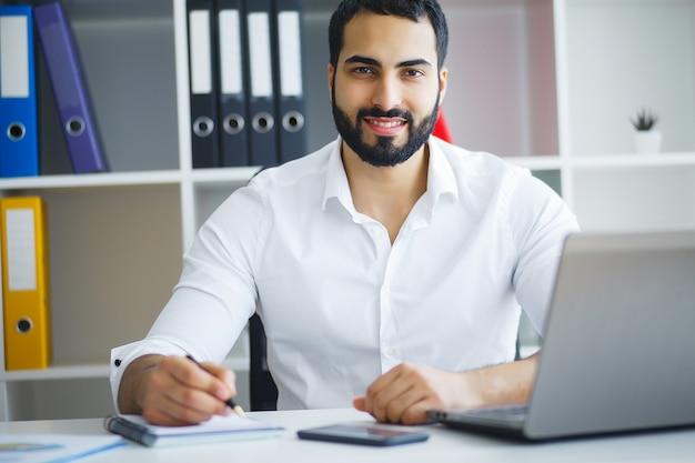 Homem, trabalhando, em, escritório, frente, computador desktop