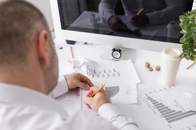 Homem trabalhando em gráficos de negócios