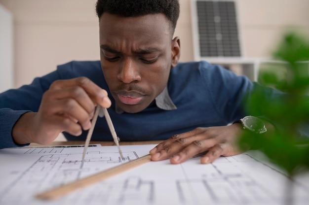 Homem trabalhando em projeto de meio ambiente