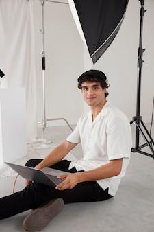 Homem trabalhando em seu estúdio fotográfico