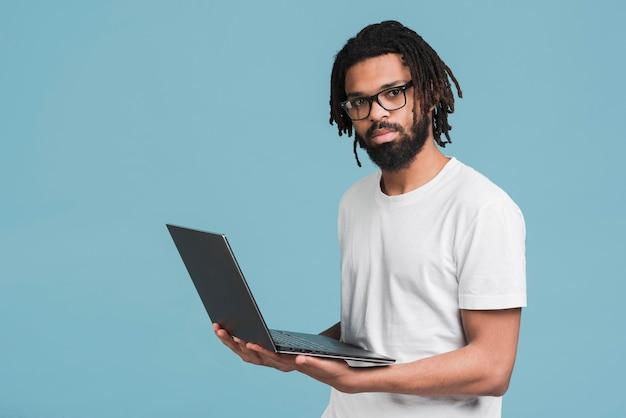 Homem trabalhando em seu laptop
