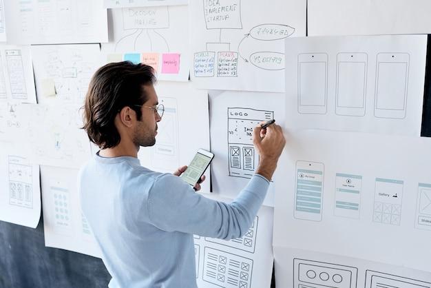 Homem trabalhando em software móvel