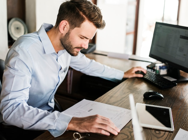 Homem, trabalhando, em, um, escritório