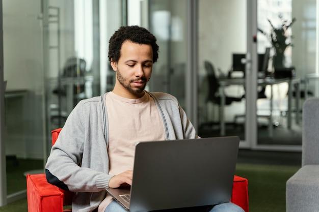 Homem trabalhando em um laptop na empresa