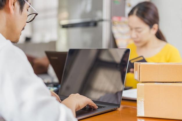 Homem trabalhando em um laptop no escritório