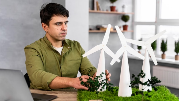 Homem trabalhando em um projeto de energia eólica ecologicamente correto