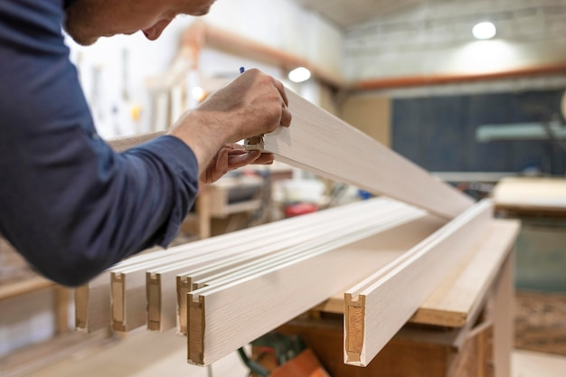 Homem trabalhando em uma oficina de madeira