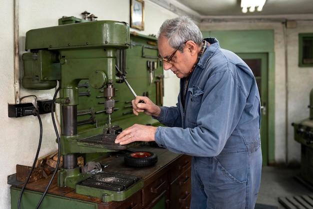 Homem trabalhando em uma oficina industrial