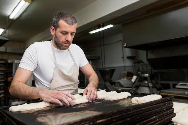 Homem trabalhando em uma padaria