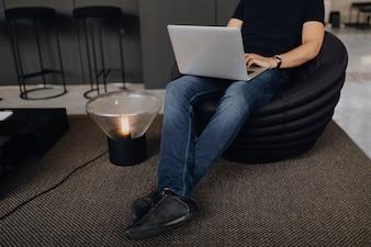 Homem, trabalhando, laptop