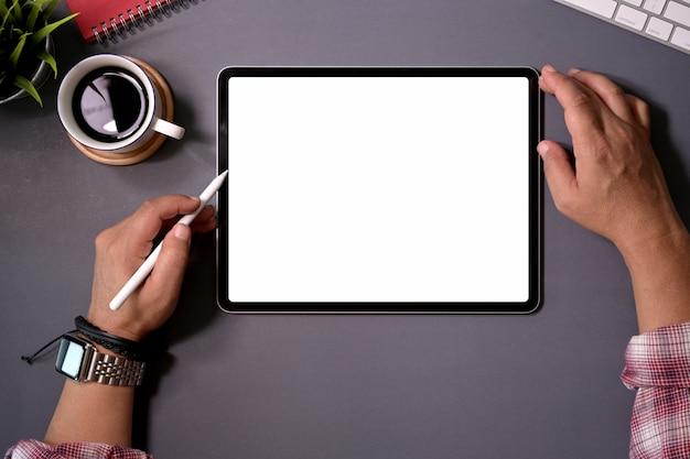 Homem, trabalhando, ligado, tabuleta, computador, com, em branco, tela, em, escrivaninha escritório